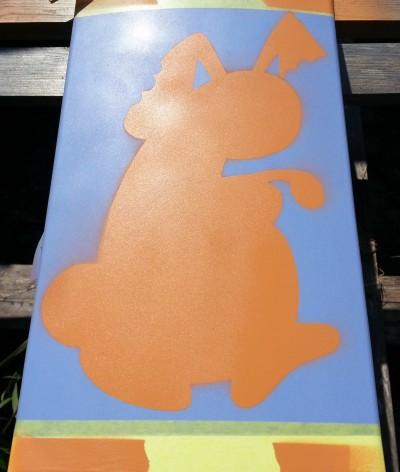 Ett par lager kaninfärg (Molotow 200 Orange Brown Middle). Här släppte mall-limmet lite och pappret hade svårt att ta emot flera lager vilket gav kaninen en fräsch aura. Med skalpellskrapa och kirurgfingrar gick det värsta att fixa. Nästa gång gör vi mallarna av plast.